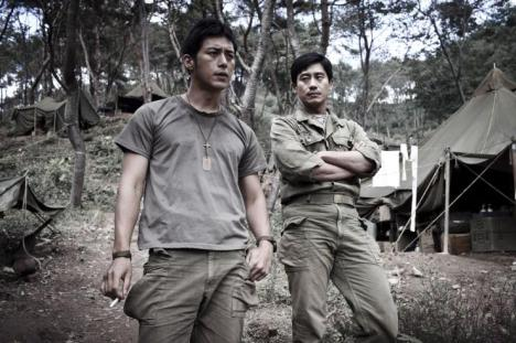 Kang Eun-pyo (right) interrogates his friend Kim Soo-hyeok (left)
