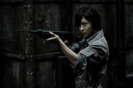 Cha Hae-joon (차해준, Ha Ji-won (하지원) searches for the unseen killer
