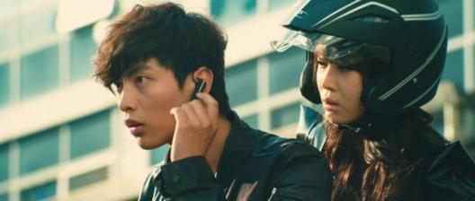 Gi-soo and Choon-sim are forced to work together or the helmet-bomb will detonate