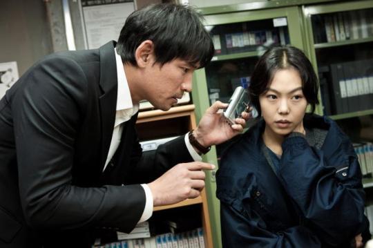 Bang-woo and Hyo-gwan attempts to crack the codes