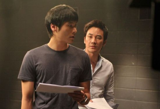 Byeong-hoon rehearses the script with client Sang-yong