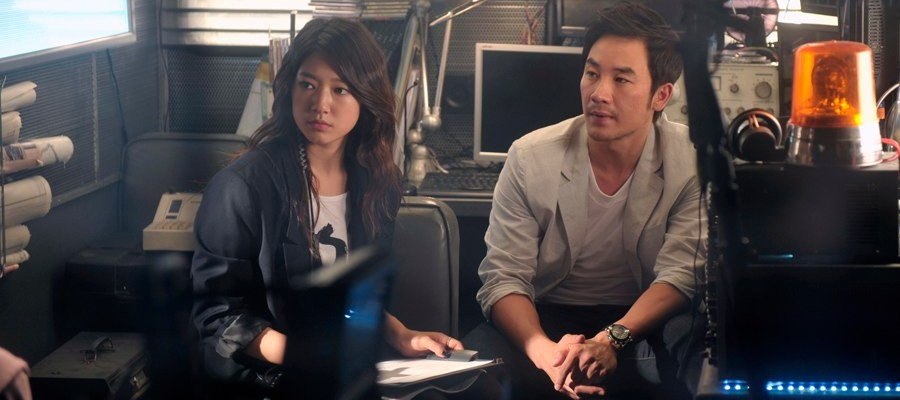 Min-yeoung and boss Byeong-hoon observe their latest scenario