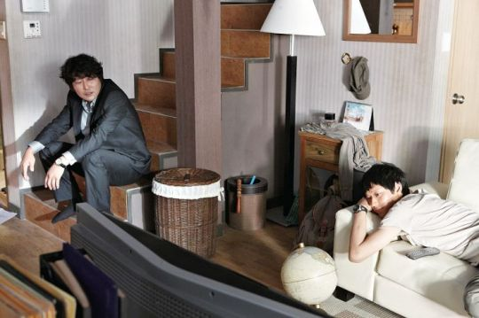 In order to steal secrets, Han-gyoo and Ji-won co-habit