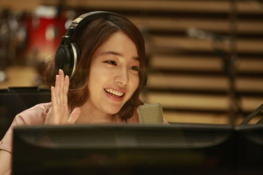 After a brief stint in Kpop, Jina now hosts the failing radio show 'Wonderful Radio'