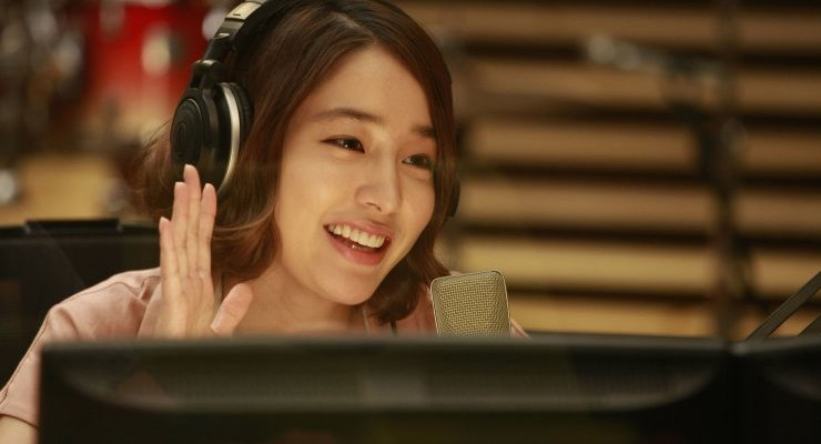 After a brief stint in Kpop, Jin-ah now hosts the failing radio show 'Wonderful Radio'