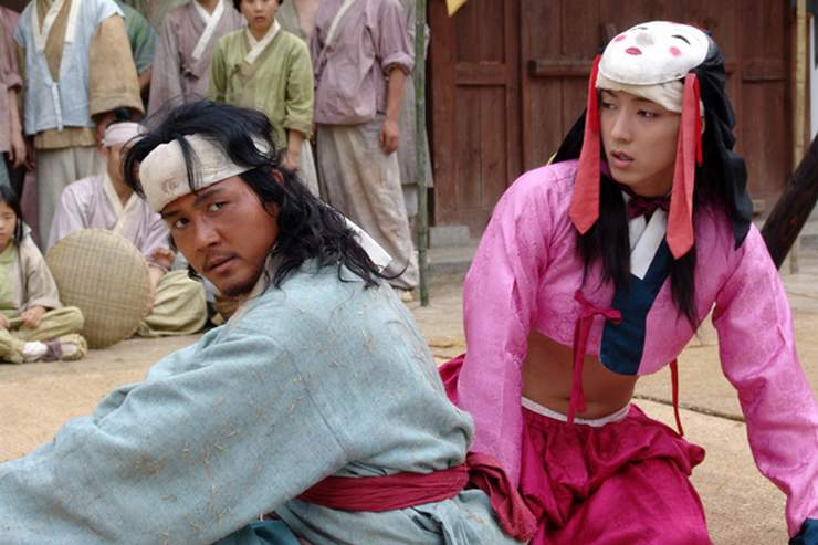 Jang-saeng and Gong-gil perform their popular routines for unappreciative nobility