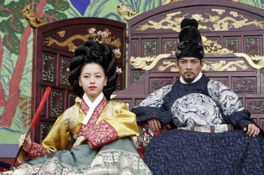 The vindictive King Yeon-san and his consort observe the performers