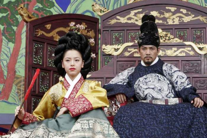 The vindictive King Yeon-san and his concubine observe the performers