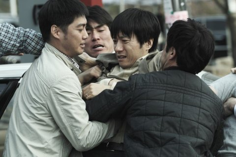 Jae-hyeok must overcome all manner of obstacles - including the panic-stricken public - to save his family