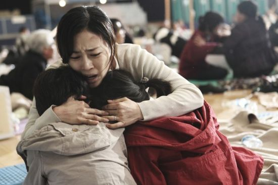 Jae-hyeok's wife and children begin exhibiting the signs of the illness