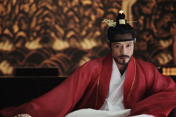 King Gwang-hae becomes increasingly paranoid as attempts against his life are made