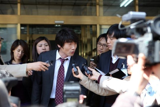 Defence Lawyer Park Joon attempts to garner the support of the public using the media
