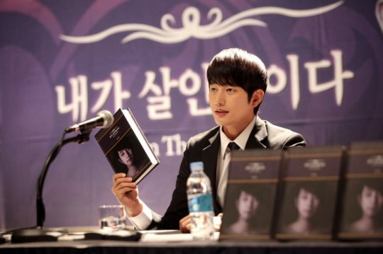 Appearing after the statute of limitations has expired, Lee Du-seok releases a book about the murders