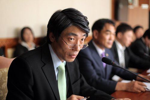 A prominent politician in 2004, Jong-tae works to ensure such atrocities never happen again