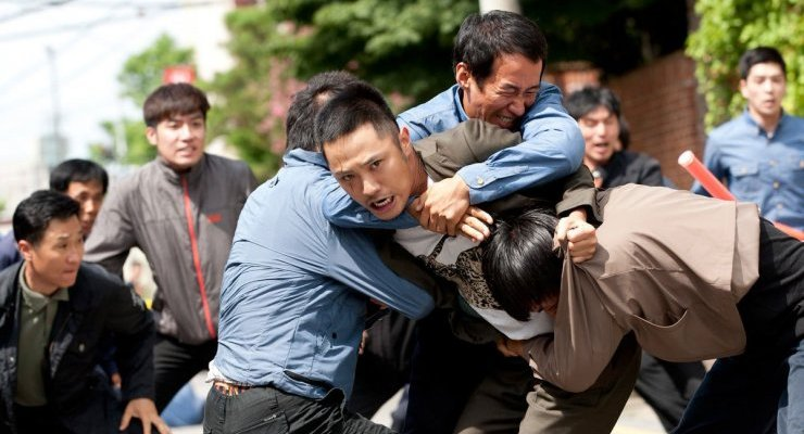 Jin-bae attempts to penetrate the security surrounding 'The Man's' residence