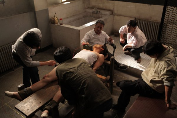 Jong-tae is tortured with electricity by Lee Doo-han, known as 'The Undertaker'