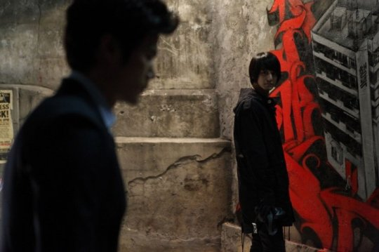 Detective Choon-dong happens upon artist Joon as he portrays events from the murder