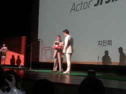 Actor Ji Jin-hee accepts his award as an eco-friend