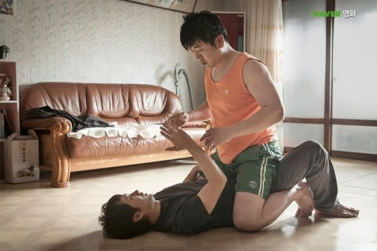 In-mo returns home to a beating from older brother Han-mo