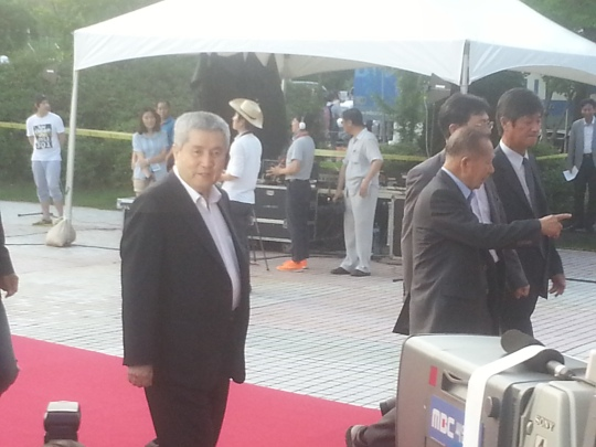 Director Im Kwon-taek traverses the red carpet with Ahn Seung-gi and Kim Dong-ho