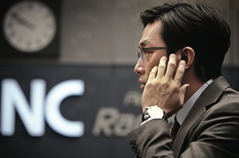 Exploiting the opportunity to become a news anchor, Yeong-hwa begins to regret his decision