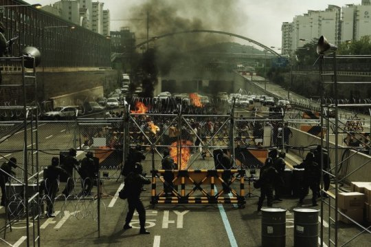 Rioting breaks out as the Bundang citizens discover the truth about their incarceration