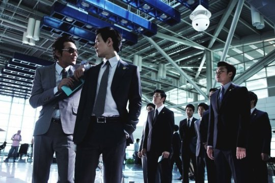 Senior gangsters and close friends Jeong Cheong (left) and Ja-seong greet at the airport