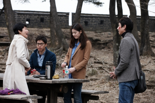 Haewon and Seong-joon awkwardly meet another couple in a similar situation at Namhan Fortress