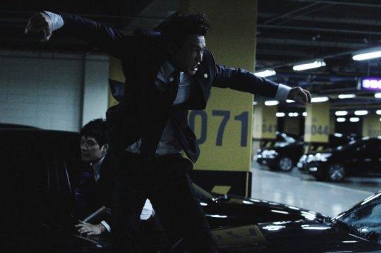 Jeong Cheong viciously battles his way through assassins
