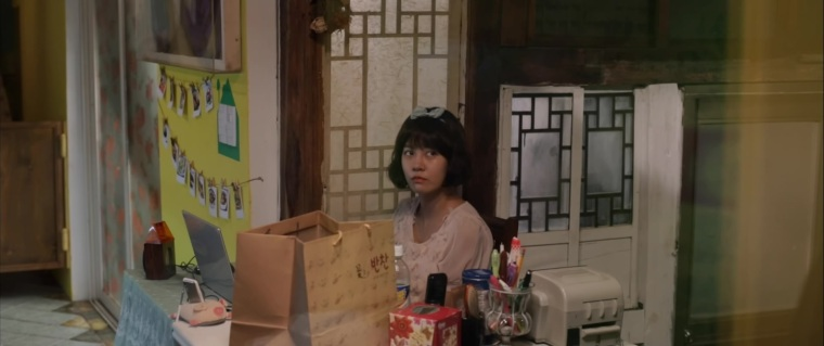 Gyu-jeong wears quirky clothes while selling side dishes to get Nam-girl's attention and discover his secrets