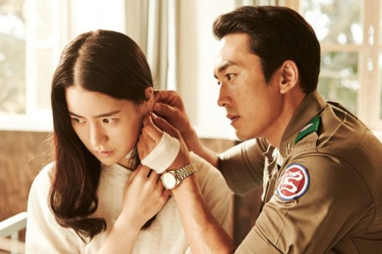 Jin-pyeong helps Ga-heun wear an earring after he saves her from a life-threatening incident