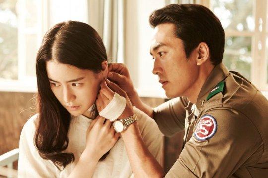 Jin-pyeong helps Ga-heun wear an earring after he saves her from a life-threatening incident