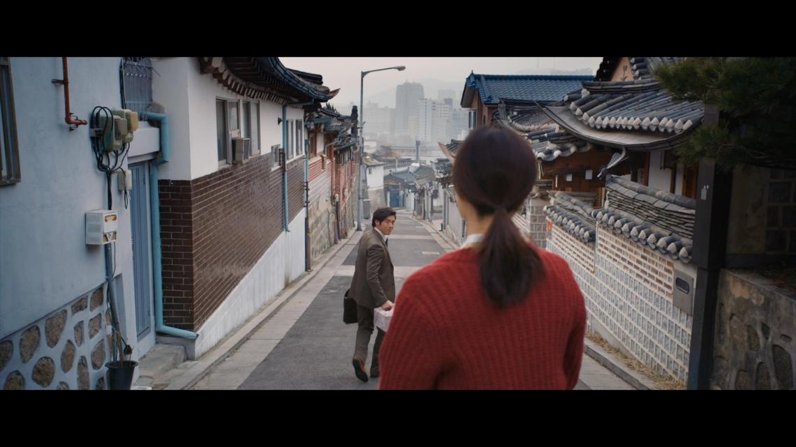 Yoon-hee waits for her husband Min-woo to return
