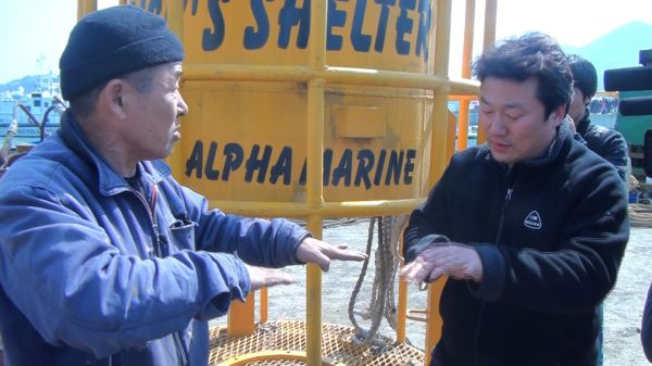 Lee Jong-in (left) explains how to diving bell technology can save lives