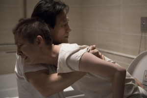 In an extremely emotional scene, Sang-mo washes his wife as her health increasingly deteriorates