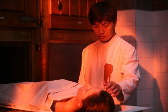 Jeong-nam becomes intrigued by the beauty of a young corpse