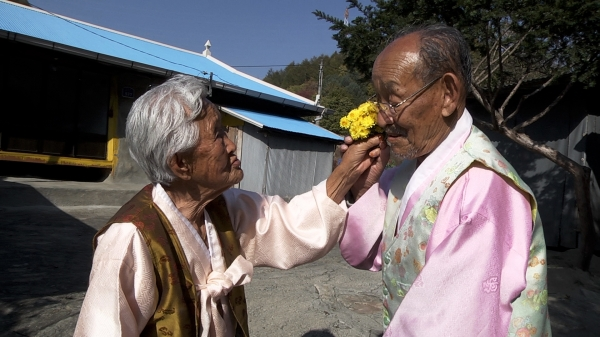 The endearing couple play with flowers in Spring