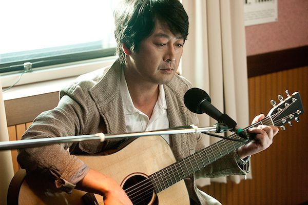 Years after the rise and fall of the cafe, Geun-tae performs in America