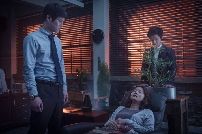 Geun-joo's possession proves an extremely difficult task for psychologist:exorcist Jin-myeong