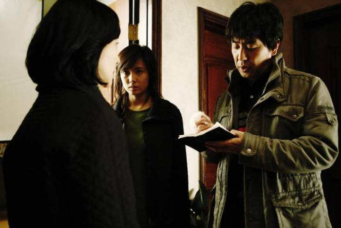 Hee-jin enlists the help of cynical detective Tae-hwan