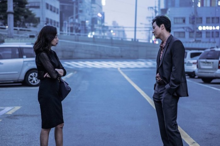 Hye-kyeong and Jae-gon develop a dangerous relationship within the criminal underworld