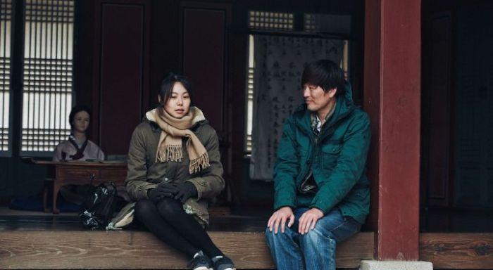 Director Cheon-soo persuades artist Hee-jeong to have coffee