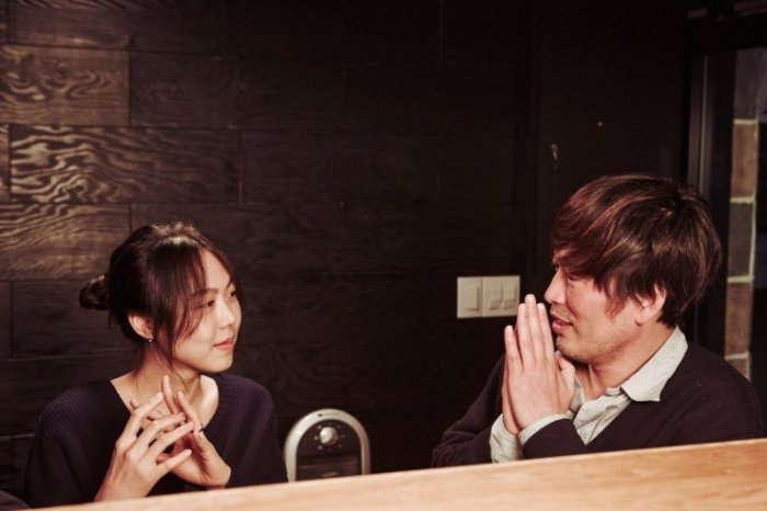 Hee-jeong and Cheon-soo drink and converse as they grow closer