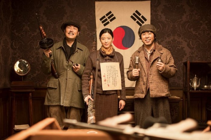 Trio Big Gun, Ok-yoon and Deok-sam are recruited to assassinate a conspirator